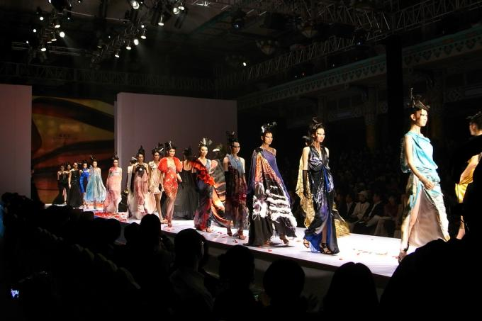 A fashion show and a salon dedicated to the art of living