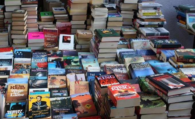Discover the old book market at Parc Georges Brassens